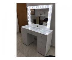 mesa con espejo de luz blanca